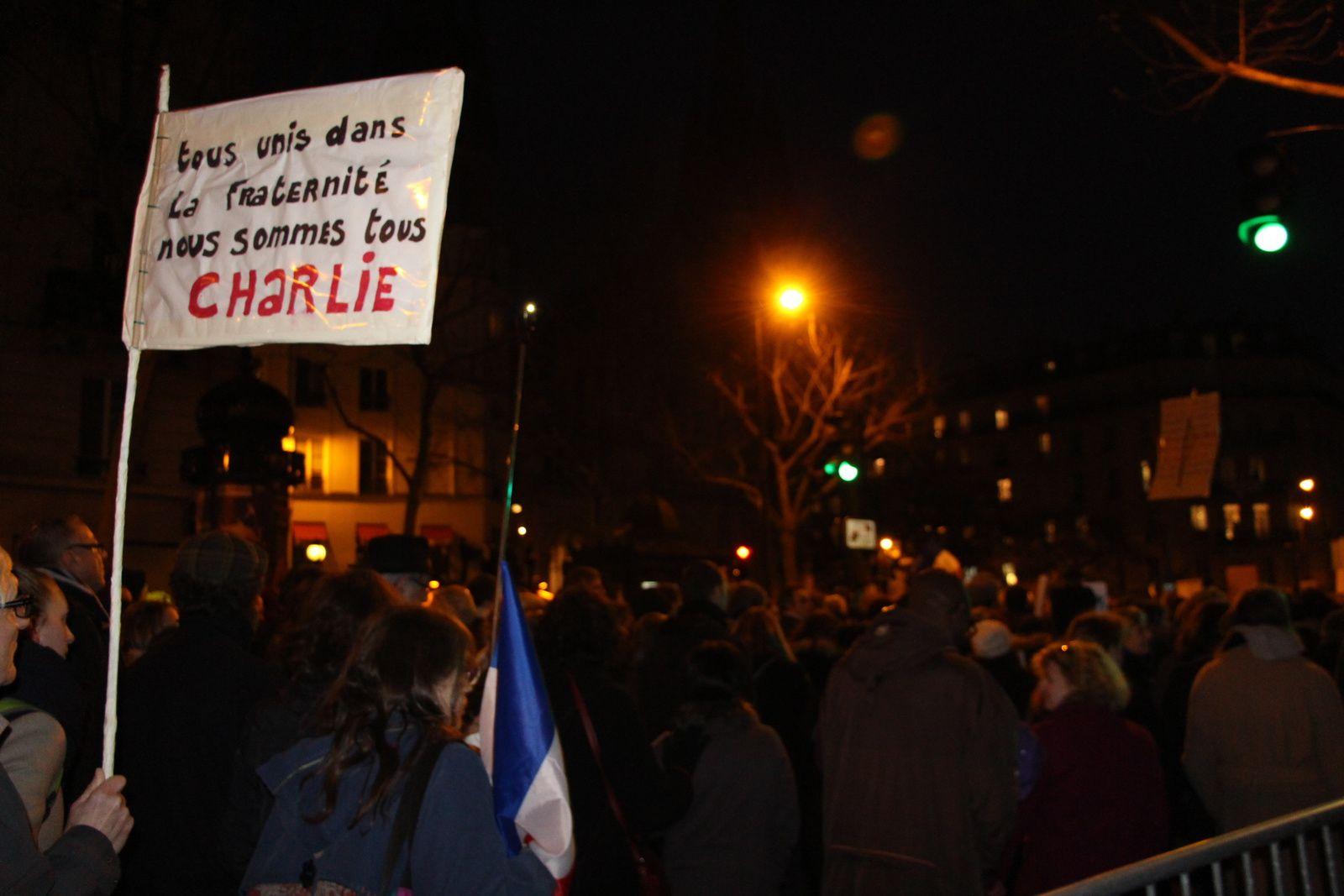 Un crayon à la main, debout, face à la barbarie, nous avons participé ce dimanche 11 janvier 2015, en famille, au rassemblement contre la tragédie vécue à Charlie Hebdo et tous les dramatiques événements qui en ont découlé. © photos JM et eMmA MessanA