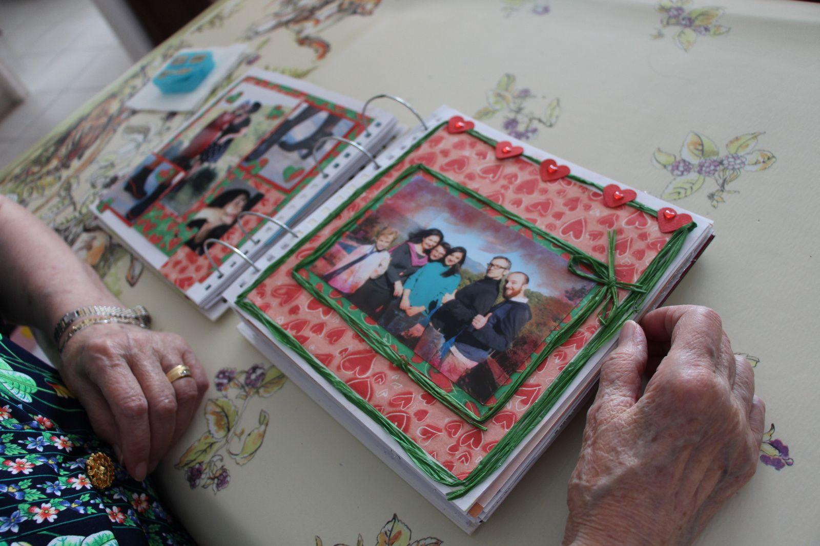 Les mains de Maman découvrant le très bel album scrapbook de ses 90 ans et ceux de Papa, confectionné par notre soeur. J'adore ! © eMmA MessanA