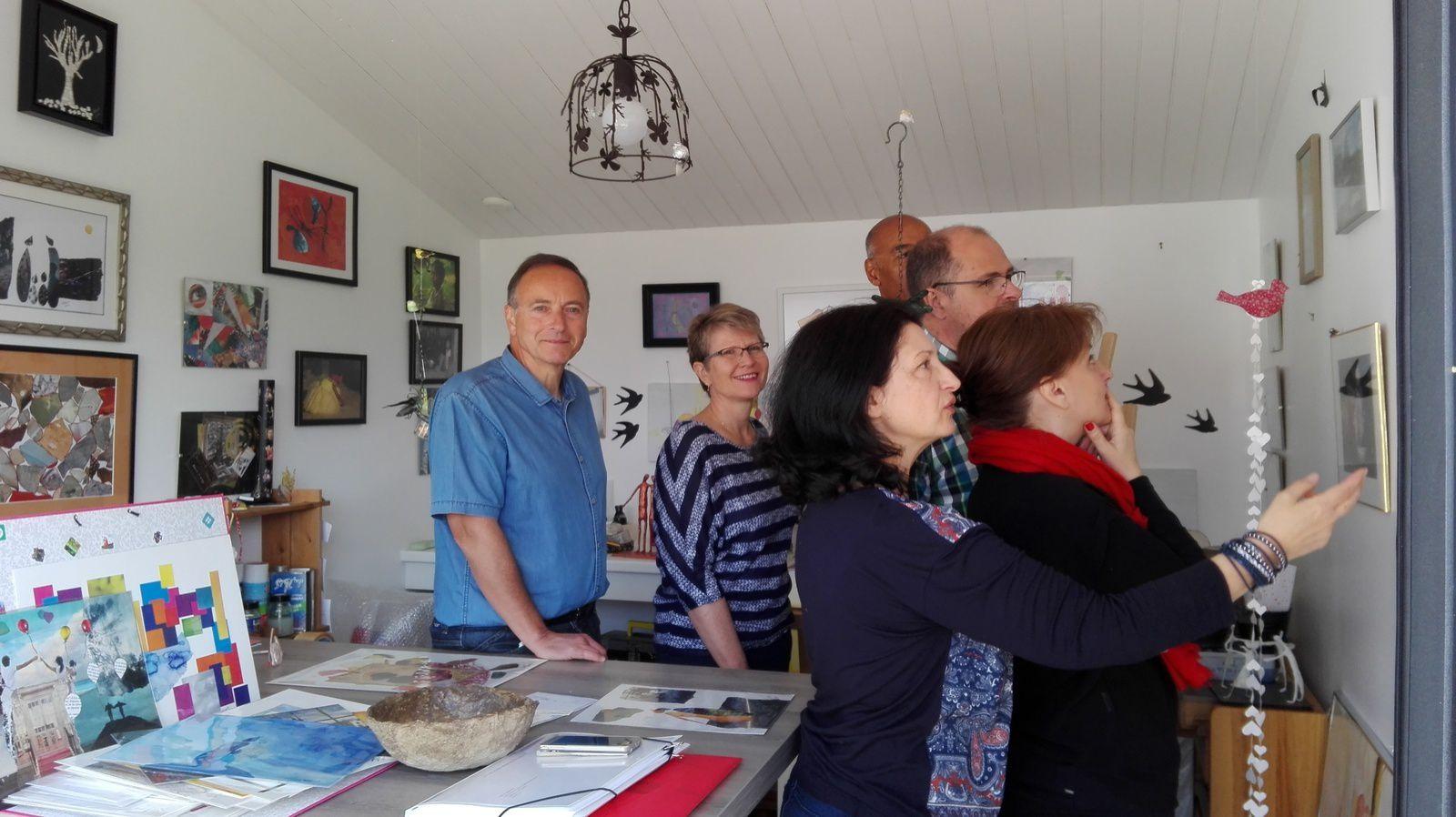 Quelques visiteurs à l'atelier d'eMmA MessanA à Saint-Urbain (Vendée) le 8 mai 2017