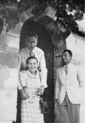 Pierre Seghers avec Aragon et Elsa Triolet à Villeneuve-lès-Avignon à la fin de l'été 1941. Par Pierre Seghers [CC BY-SA 3.0 (https://creativecommons.org/licenses/by-sa/3.0)], de Wiki C.