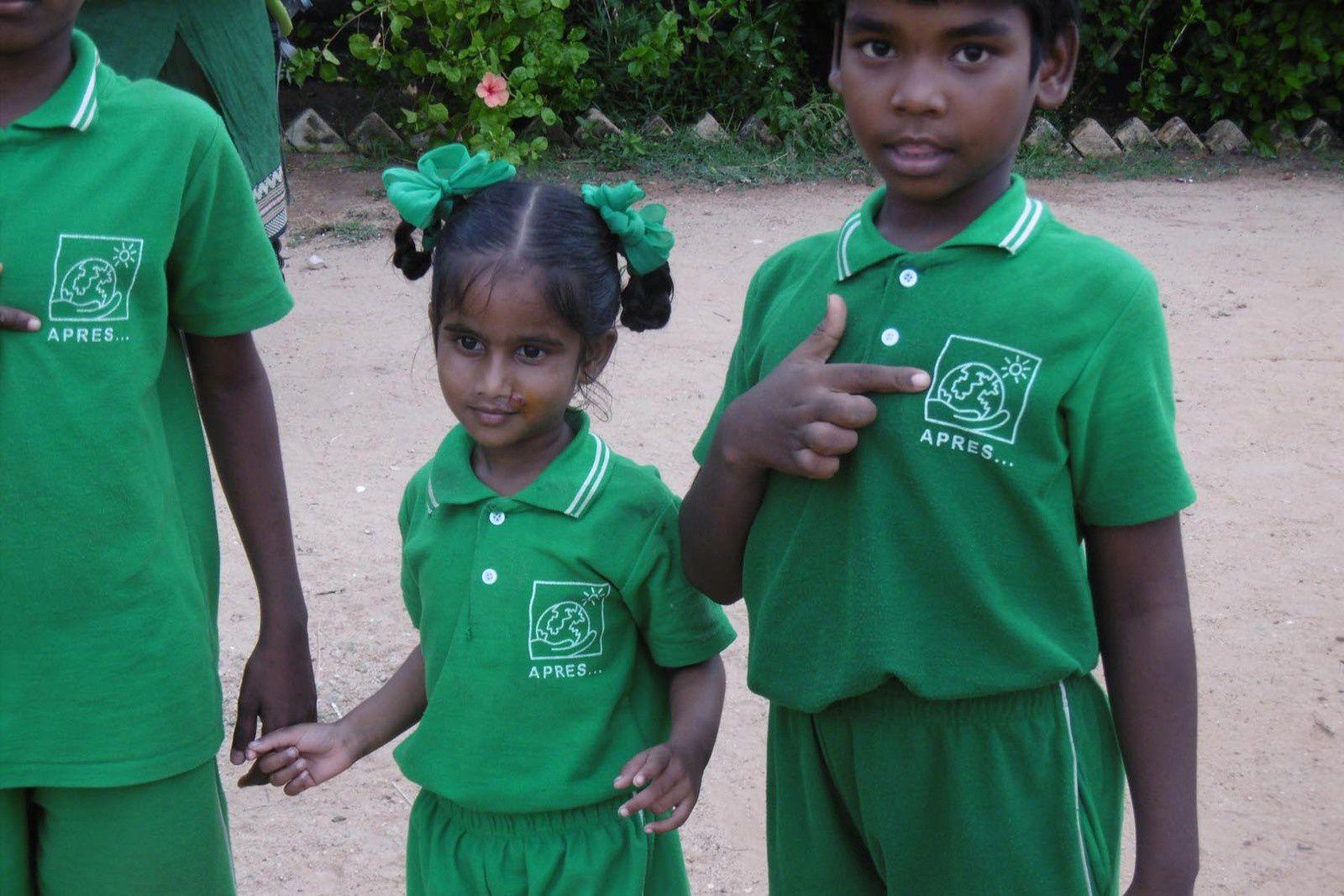 Les nouveaux uniformes des enfants d'APRES SCHOOL près de Pondichéry. Merci à Michel Berthet pour les photos
