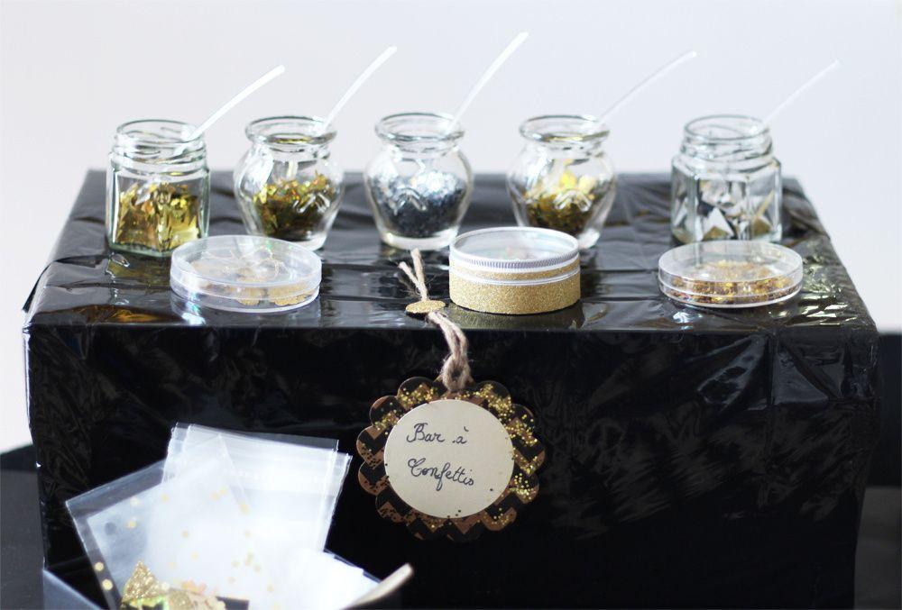 DIYs pour le réveillon de la Saint-Sylvestre en noir et or : centre de table 'an 2017' mason ball, bar et pochette cadeau confettis, ballons confettis & bar à confiseries