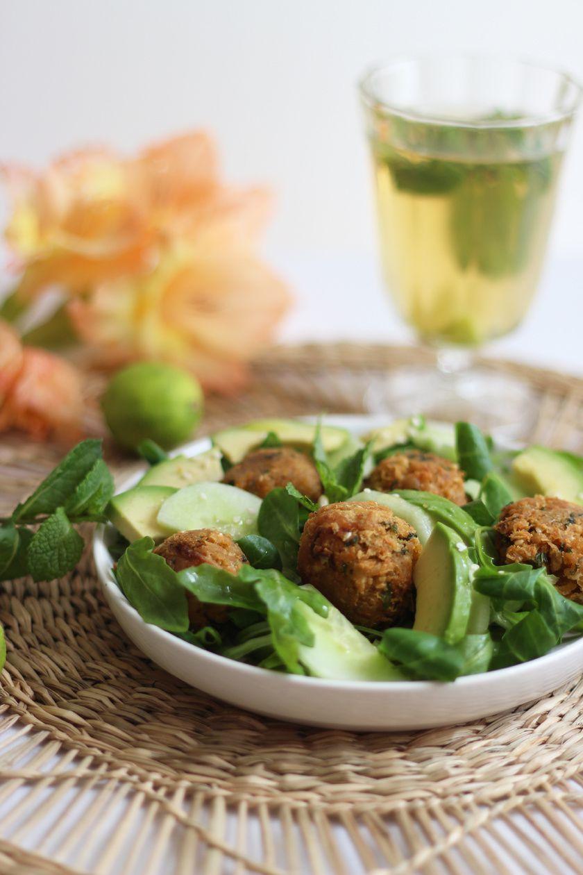 Salade de falafels aux graines de sésame et avocat