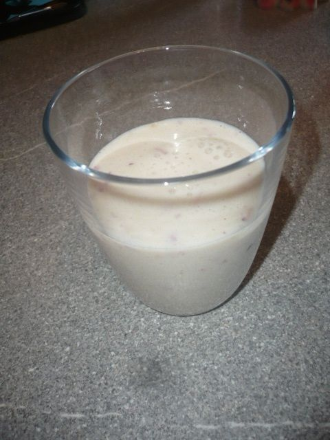 Smoothie pomme, banane, pêche :