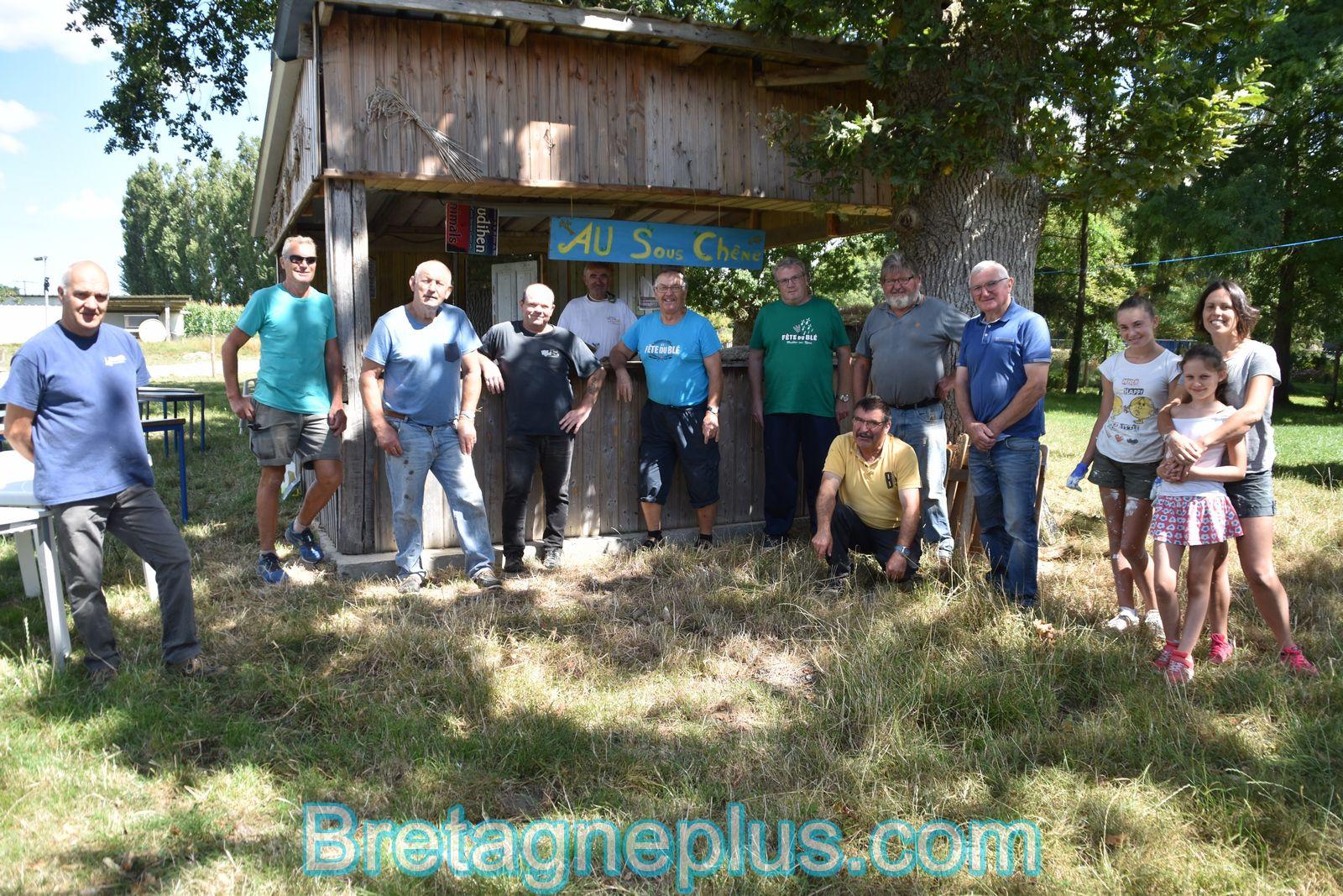 Les bénévoles de la Fête du blé et des vieux métiers de Pleudihen-sur-Rance au travail