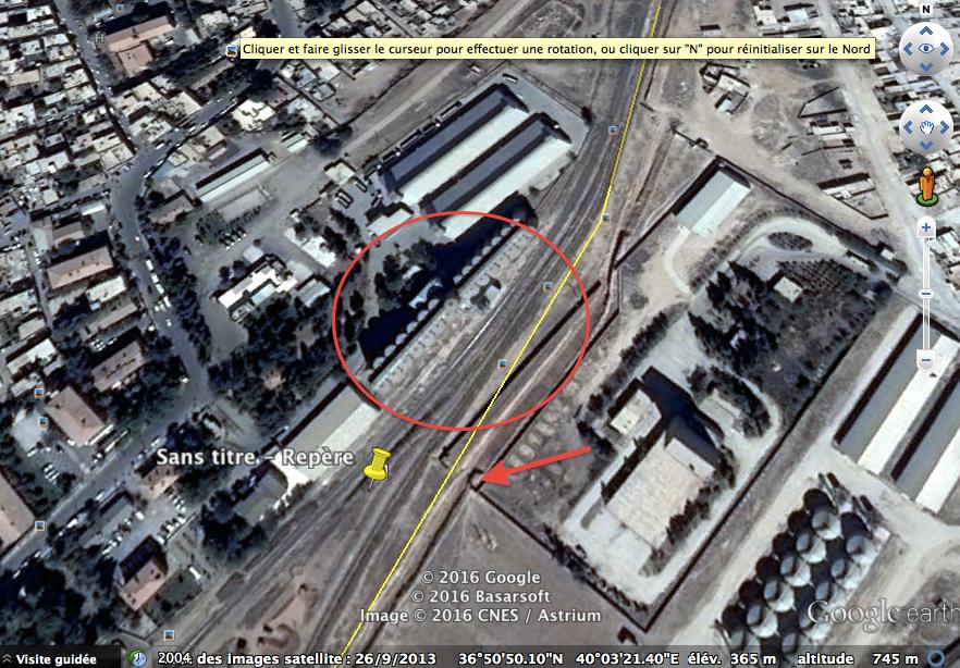 Ceylanpınar. Les environs de la gare. La frontière est en jaune. entourés d'un cercle, les silos du côté turc. La flèche désigne le mirador visible sur la photo de Türkiye, le repère jaune le lieu de prise de vue.