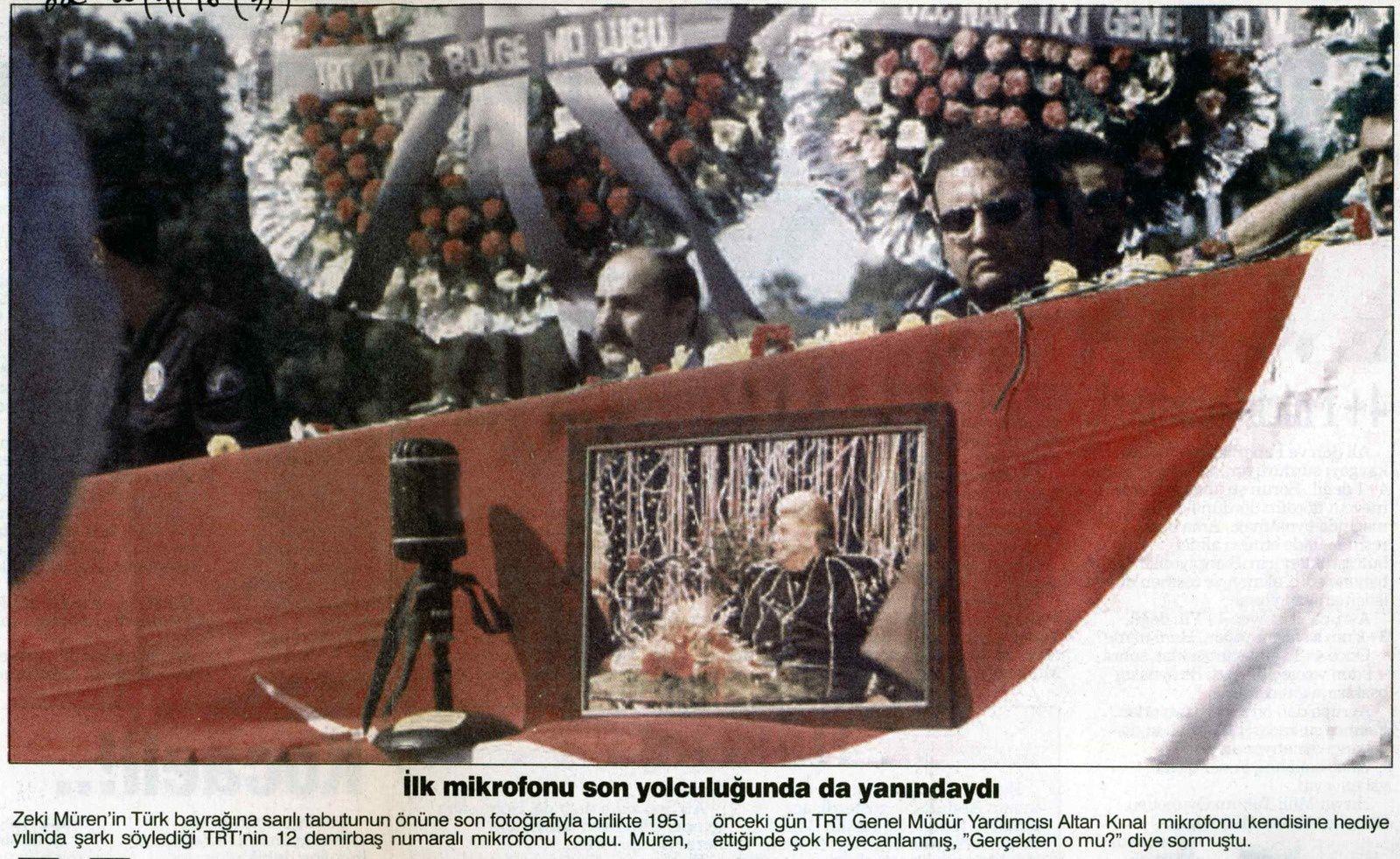 Devant le catafalque, la photo de la dernière apparition de Zeki Müren, et le micro qui a enregistré sa première prestation à la radio. Photo Sabah, 28 septembre 1996