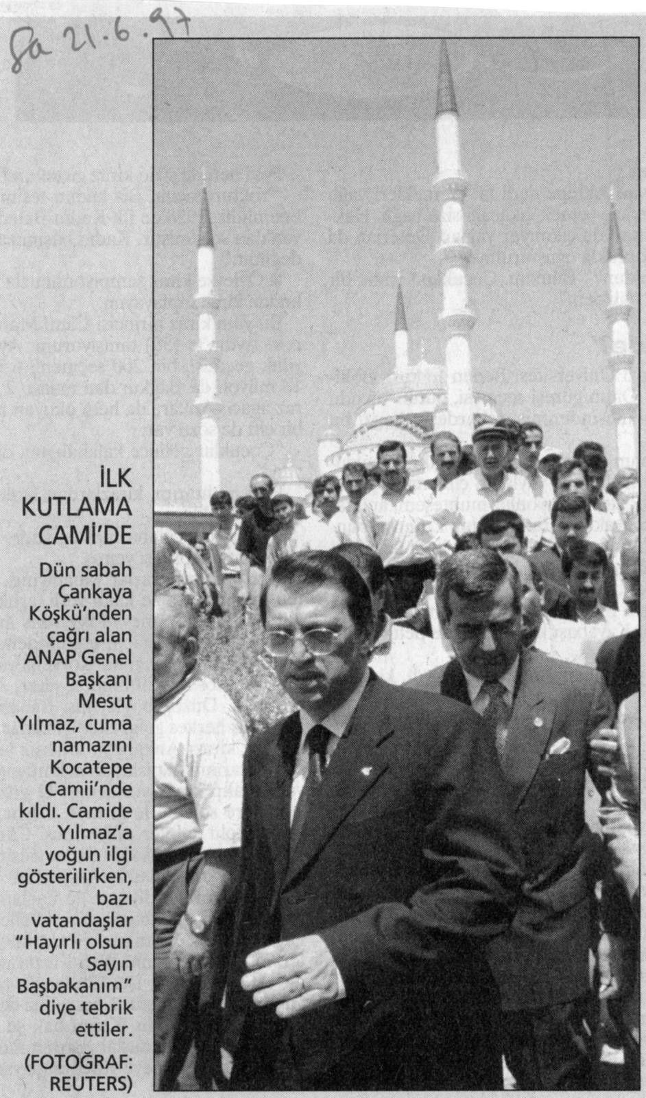 Yılmaz sortant de la grand emosquée de Kocatepe après la démission du parti islmaiste. Photo Reuters, publiée par Sabah le 21 juiun 1997