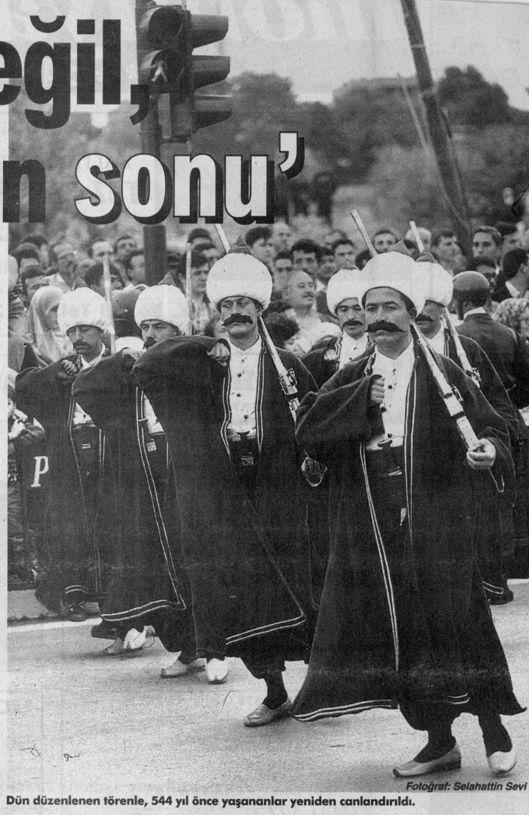 Le défilé des janissaires sur la Vatan caddesi. Photo Selahattin Sevi, Zaman, 30 mai 1997