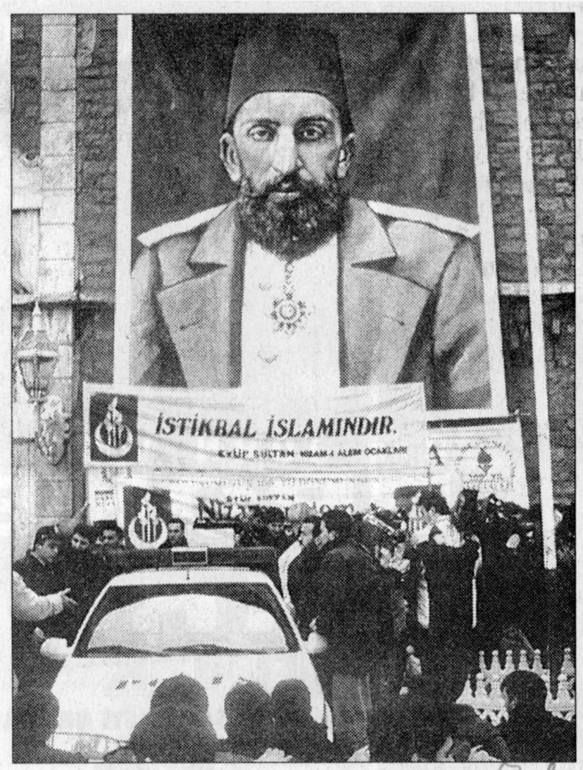 La manifestation de Nizamı Alem.  Photo Milliyet, 26 février 1996 - sans mention d'auteur