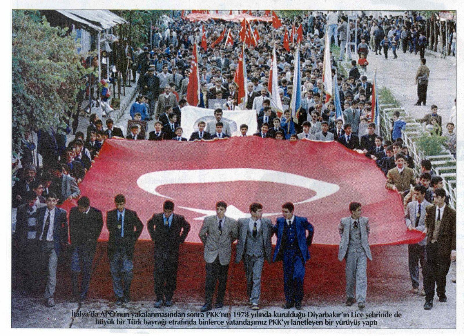 Novembre 1998, manifestation contre le PKK à Lice, organisée par les autorités. Photo Türkiye, 17 novembre 1998