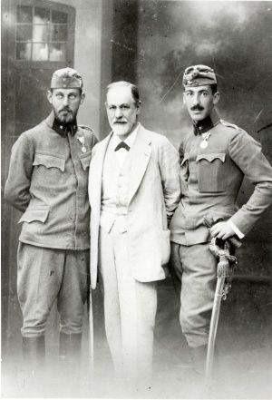 Freud et deux de ses fils mobilisés, Ernst et Martin, 1916 (Sigmund Freud Museum, http://www.freud-museum.at/en/media/pictures.html)