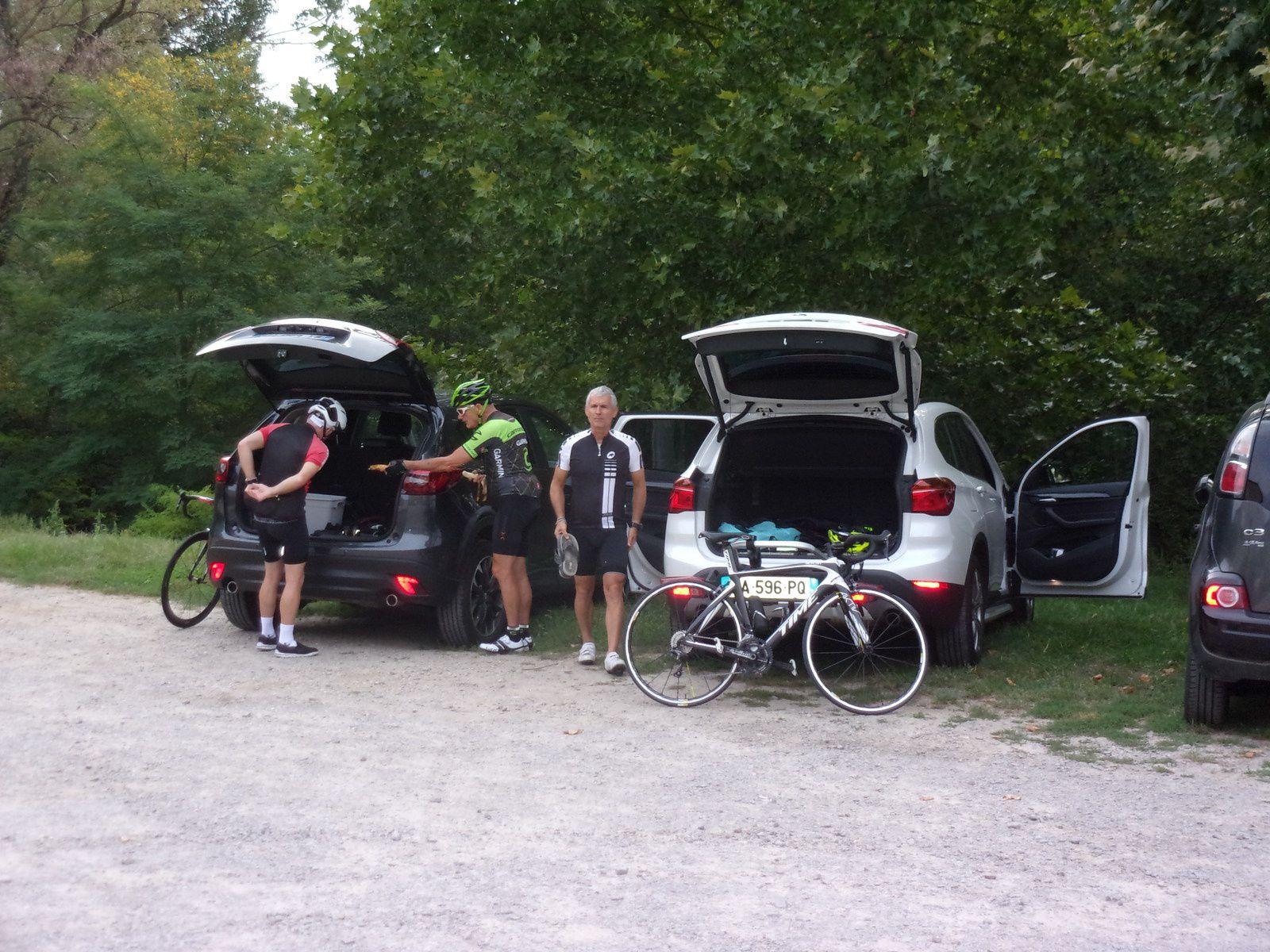 Les préparatifs sur le parking à SAINT-PIERRE-DE-BOEUF