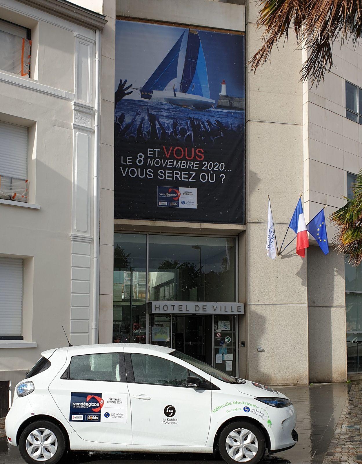 Entrée de la Mairie des Sables et véhicule municipal ©Sport Vendée Actus E-B 2019