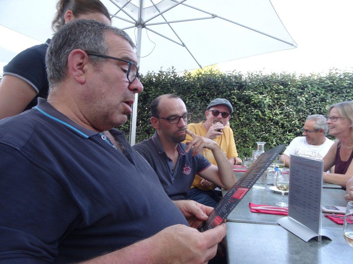 Loïc compare la carte du restaurant et les finances du Club : ça passe !