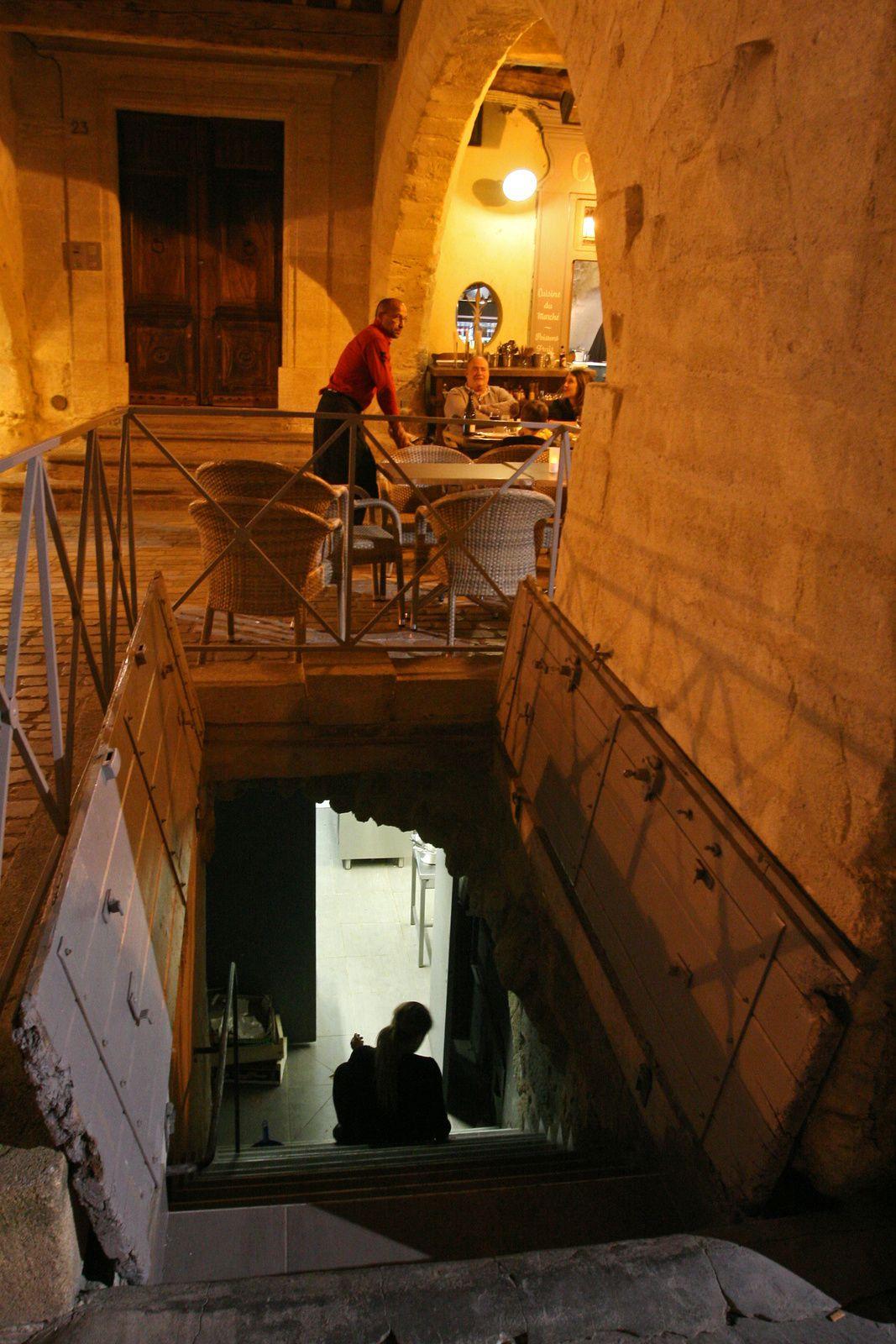 Terrasse et sa cuisine à la cave sous les arcades de la place d'Uzès
