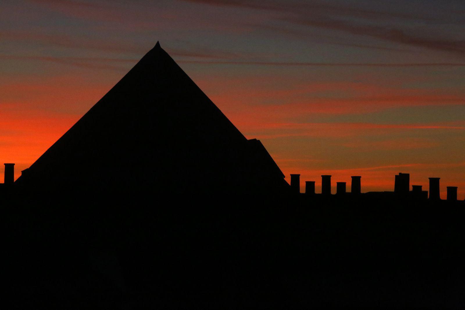 Pyramide à Paris sous un ciel rougeoyant