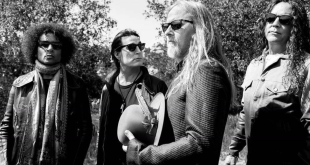 ALICE IN CHAINS inaugure le match de baseball des Seattle Mariners en jettant la 1ere balle