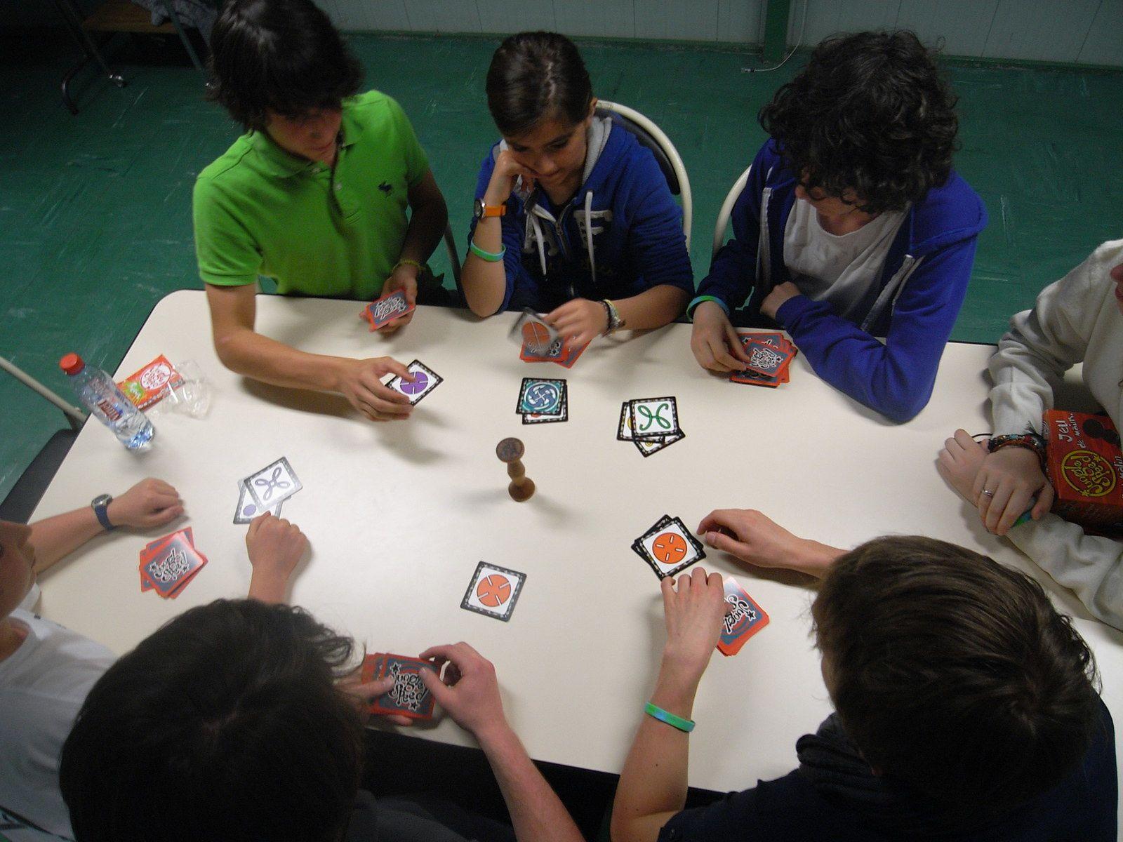 Jeux de cartes sous tension : allongement du bras ou stratégie… travaillez les qualités de l'escrimeur sans les armes !