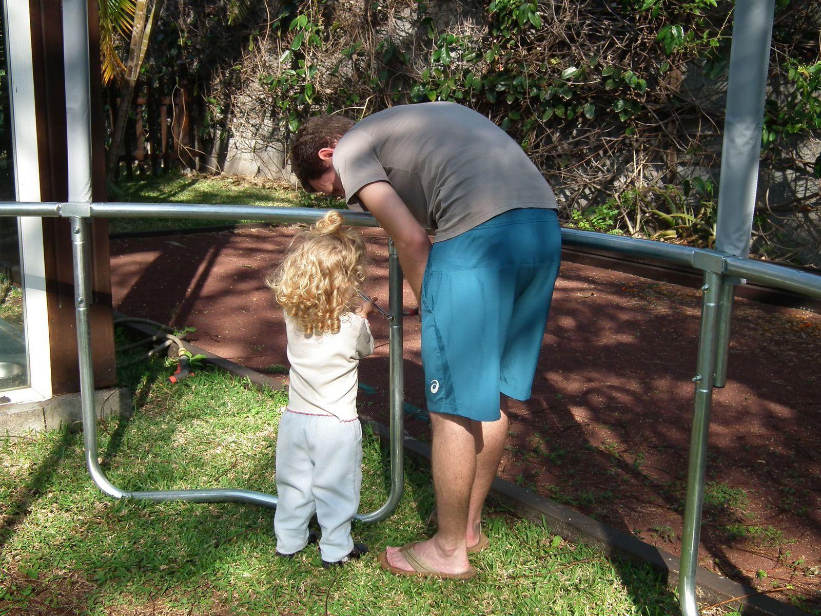 A 2 ans et 4 mois, Madonie monte son premier trampoline