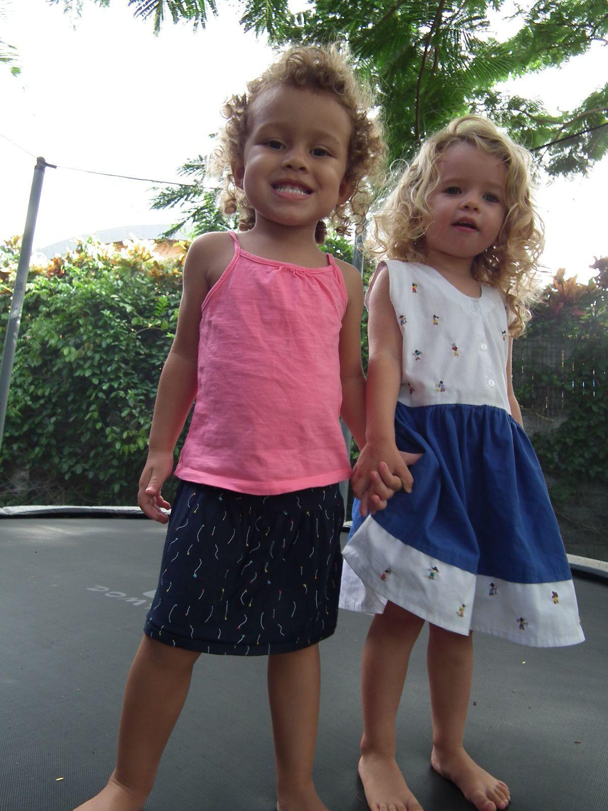 Madonie fait du trampoline avec sa copine Margaux