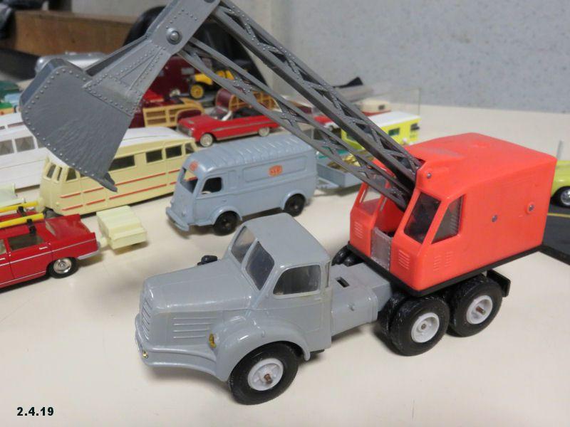 Les voitures et le bâtiment = les véhicules de chantier + les attelages (remorques, caravanes…).