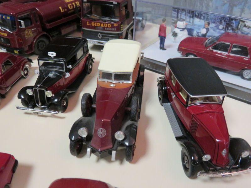 Les véhicules de couleur bordeaux. La course automobile en Touraine