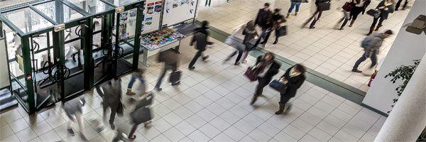 la réalité très inéquitable des « inégalités explosent à l'école » auprès des publicités mensongères à l'eau de rose...