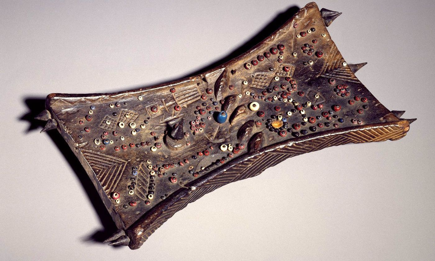 Le Lukasa (la longue main (ou griffe)), est une forme sophistiquée de dispositif mémoriel qui a été créé, utilisé et protégé par la Bambudye, une puissante société secrète des Luba.