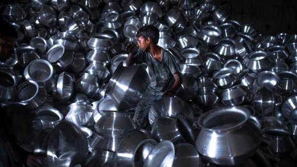 Un enfant au travail au Bangladesh dans une usine d'aluminium...tant de motifs de boycotts comme de girlcotts...