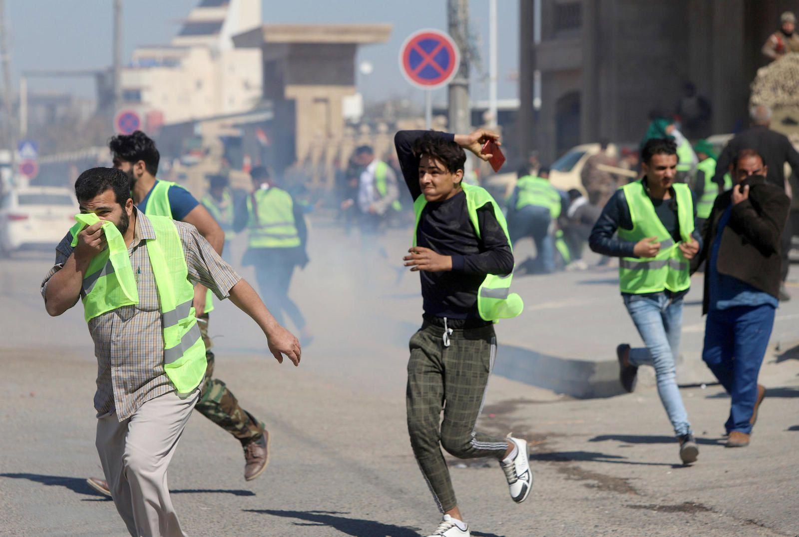 Bassora (Irak). 7 mars. Ces manifestants courent pour éviter les gaz lacrymogènes. Vêtus de gilets jaunes comme les membres du mouvement français du même nom, ils protestent depuis la mi-août contre le manque d'eau potable et la corruption du gouvernement.  PHOTO ESSAM AL-SUDANI / REUTERS…De nombreux pays imitent les gilets jaunes mais aucun, ni personne, n'imitent le macronisme…D'où il s'aigrit en autoritarisme sans issue ?