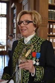 """Écrivaine et académicienne, Danielle Sellenave est l'auteure de «  Jojo le gilet Jaune  » Un titre qui est sorti de la bouche du président Macron... Un livre de rappel à l'ordre de ce qu'est la France, non pas une royauté, mais une république, où les valeurs d'égalité sont les socles de notre culture. Aussi, cette dame, qui n'oublie pas ses racines, s'est émue et indignée en entendant le chef de l'état déclarer finement :      « Jojo le gilet jaune a le même statut qu'un ministre ou un député ! »…. https://bit.ly/2vhr43M&nbsp ;&nbsp ; Elle en fut si révoltée qu'elle en fit donc ce petit livre, qui sonne comme un écho de l'indignation de Stephane Hessel en son temps. Cette sortie affligeante de bêtiseest d'autant plus étonnante qu'Emmanuel Macron avait précisé quelques minutes auparavant, qu'il ferait dorénavant attention à ne pas sortir de petites phrases malheureuses…. Chassez le naturel, il revient au galop. """"Manu en costard assis sur son trône !"""" Avait encore fait des siennes ! ..."""