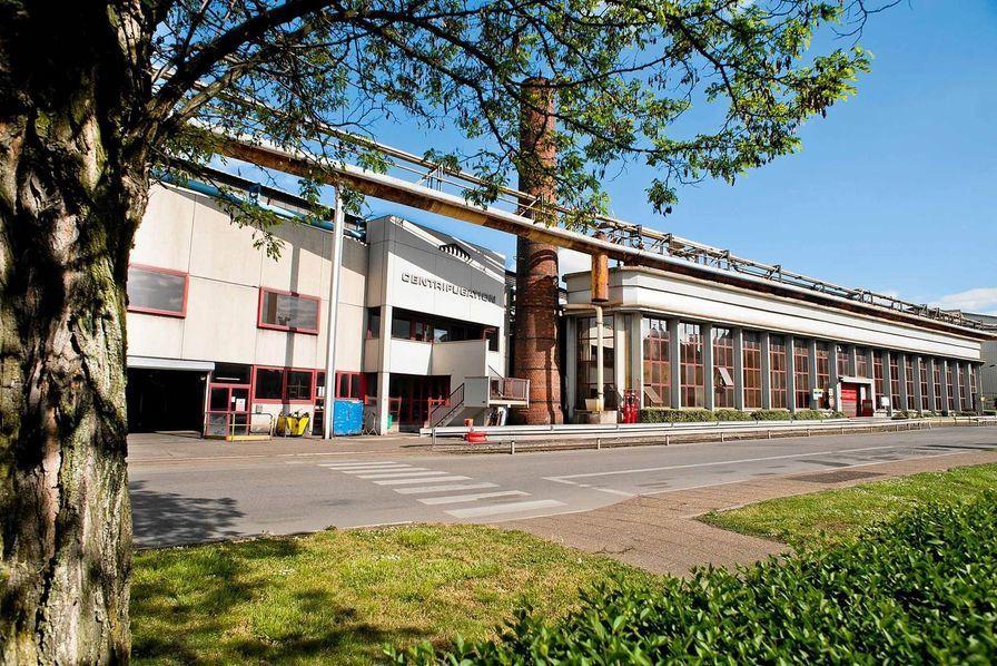 Derniers hauts-fourneaux lorrains à Pont à Mousson : En coulisse les élus régionaux se mobilisent pour obtenir des garanties de la pérennité d'un symbole industriel. L'usine qui abrite les derniers hauts-fourneaux lorrains, est notamment célèbre pour sa production de bouches d'égout vendues partout dans le monde.