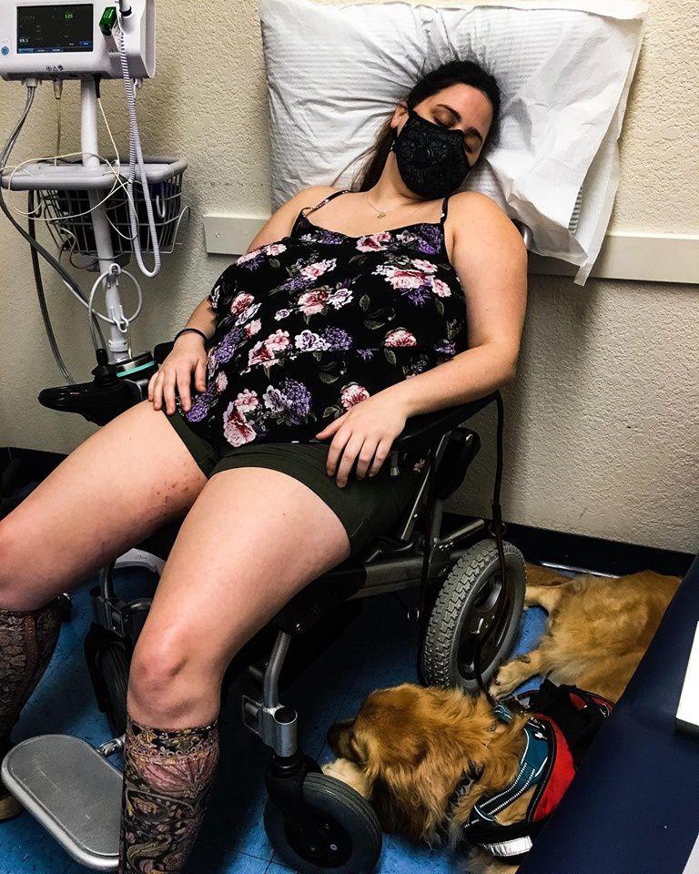 En salle d'attente 5 crises d'allergies…comment est-ce possible ? Jessi a dû attendre près de 5 mois pour obtenir ce rendez-vous. Le temps pour ses crises de s'accélérer, entraînant perte de mémoire et affaissement de son système immunitaire. Aujourd'hui Jessi est en salle d'isolement, sans aucun traitement.
