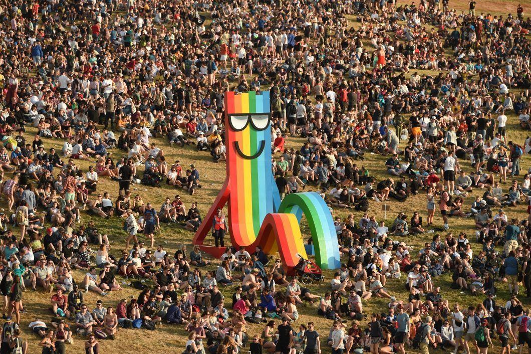 Festival de Glastonbury à la Worthy Farm, près du village de Pilton, dans le sud-ouest de l'Angleterre, le 26 juin. Comme chaque année, des milliers de fans de musique affluent pour ce rendez-vous, célèbre pour le temps souvent pluvieux qui transforme le site en bain de boue. Au total, ce sont plus de 3.800 groupes et artistes qui se produiront sur les 80 scènes du festival jusqu'à ce jour.