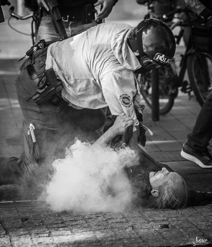 Un individu signalé « police » qui tente d'étrangler un homme à terre, cela dit quoi ? Le reporter, interrogé par Libération, nous assure que le manifestant s'était avancé «vers la BAC pour leur dire qu'un homme était à terre, juste un peu plus loin, pour leur demander de se calmer.»…Sur d'autres images diffusées sur Twitter, on peut distinguer Bruno Kaïk au pied de l'agent de la BAC qui l'a interpellé. Menotté, il éprouve de sérieuses difficultés à respirer. Et clarifie à CheckNews :«J'ai été violemment strangulé jusqu'à l'étouffement par un membre de la BAC. Avant de m'évanouir et de rester inconscient pendant plusieurs minutes».