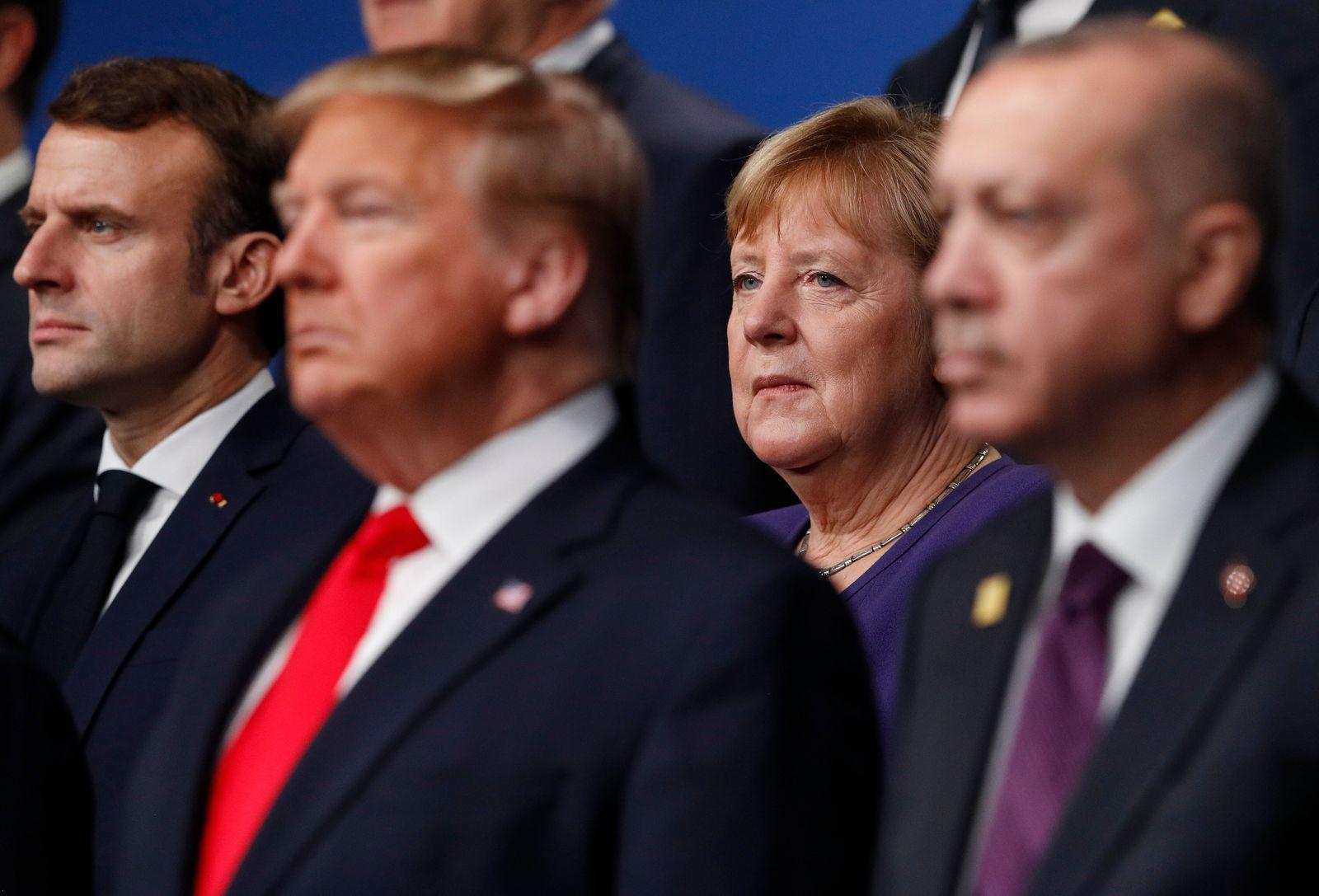 """Le gouvernement d'Angela Merkel a accusé ce dimanche 15 mars dans la soirée Donald Trump d'avoir tenté de s'approprier un projet de vaccin contre le coronavirus développé par un laboratoire allemand, prévenant qu'il ferait tout pour qu'il soit développé en Europe. L'Allemagne """"n'est pas à vendre"""", a protesté le ministre de l'Économie Peter Altmaier sur la chaîne de télévision publique ARD. Et son homologue de l'Intérieur Horst Seehofer a confirmé la véracité des informations publiées le même jour par le quotidien allemand Die Welt sur une tentative du président américain Donald Trump de faire main basse sur le laboratoire allemand en lui proposant une très grosse somme. Sommet d'égoïsme ?"""