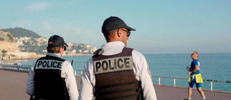 VALERY HACHE / AFP…Pour obtenir des masques, un syndicat policier est « prêt à la guerre »…plus qu'incroyable non (ils tournent… voyous !) ? Ils vont donc Braquer parce qu'ils ont été…braqués ?