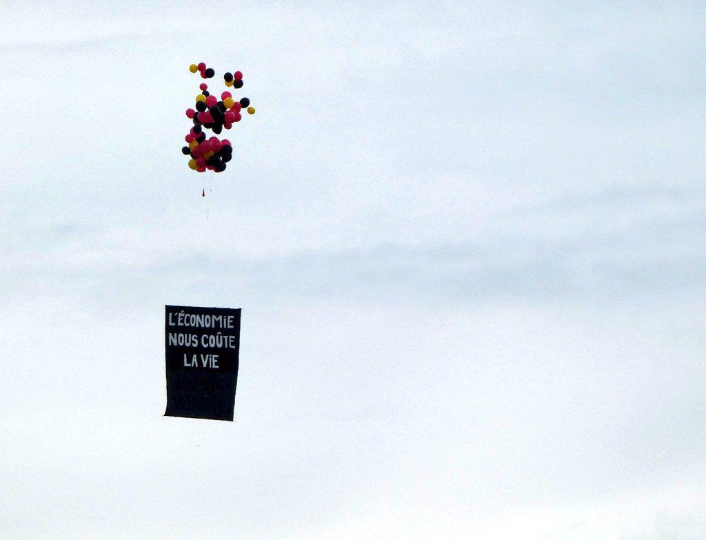 Ça a été le coup de force de la cérémonie du 14-Juillet, sur la place de la Concorde : des ballons et une banderole à double-face accusant le président Emmanuel Macron « d'asphyxier l'hôpital ». Deux soignants ont été interpellés.