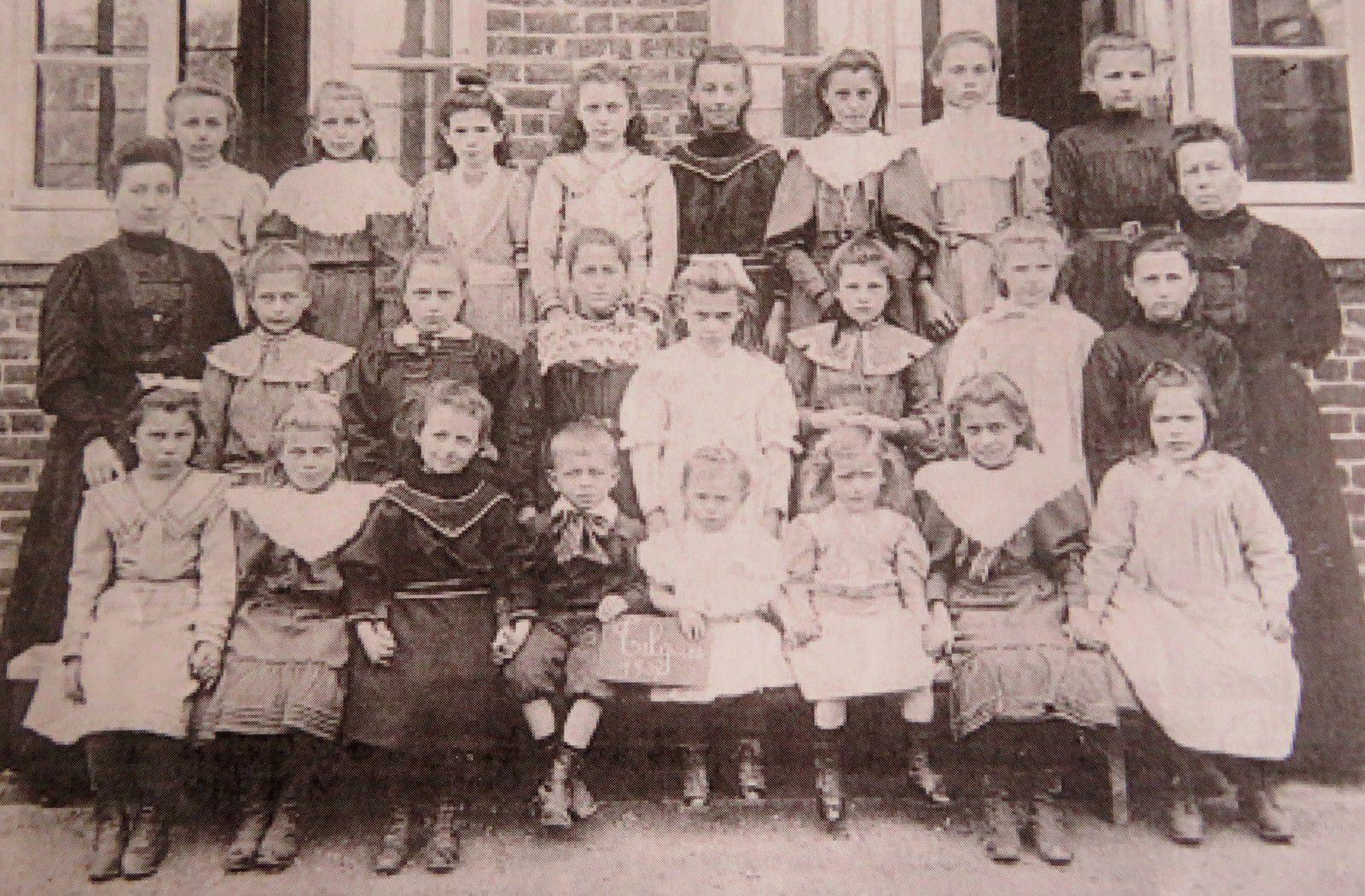 L'école des sœurs en 1907.  Dussaussoy Roland, Legrand Jean-Jacques, Tilques, la mémoire et l'histoire par les photos, 1999, p. 64.