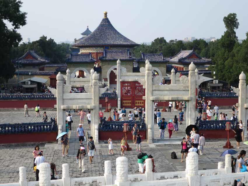 Vue du site depuis l'Autel du Ciel. On aperçoit la Porte de l'Empereur puis le Temple La Demeure du Seigneur du Ciel et dans le fond le Temple des prières pour de bonnes moissons. Ph. Delahaye.