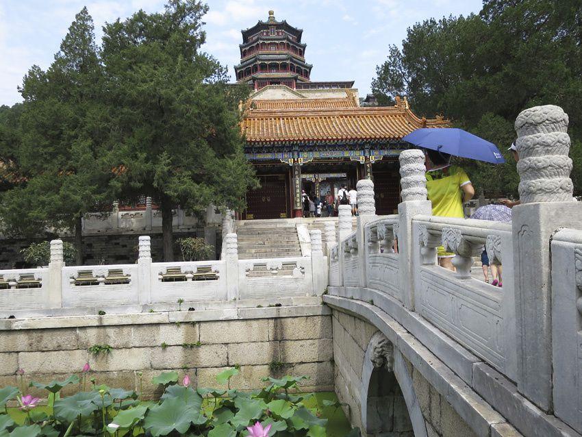 Petit pont menant au Pavillon des Nuages ordonnés. Derrière, le Pavillon des Fragrances bouddhistes. Ph. Delahaye.