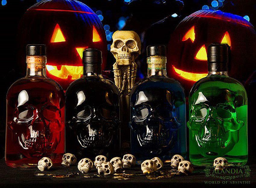 Présentation originale spéciale Halloween avec des bouteilles d'absinthe en forme de tête de mort. Source de la photo, www.Alandia.de