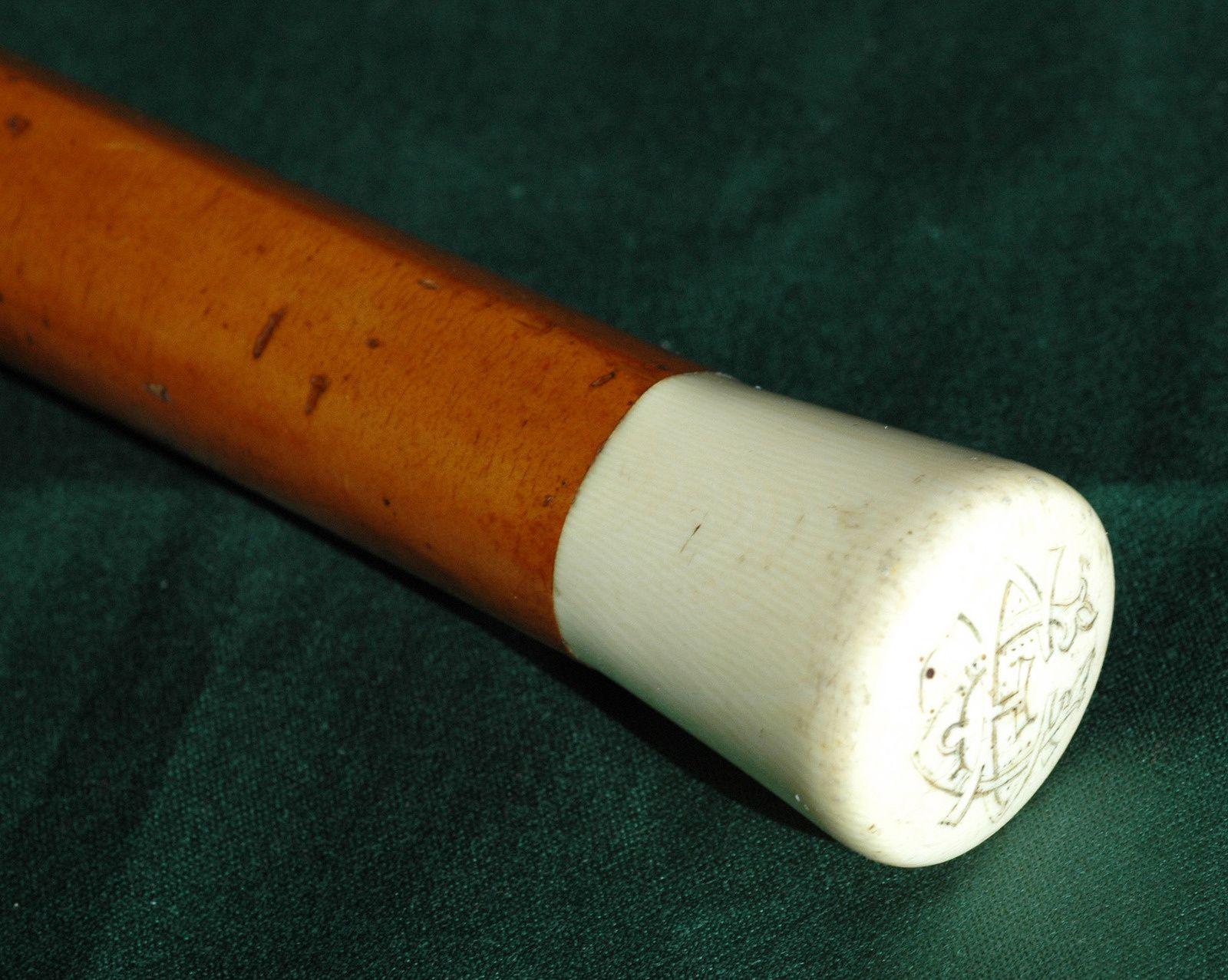 Canne et son pommeau en ivoire. Photo et coll. Dagna.