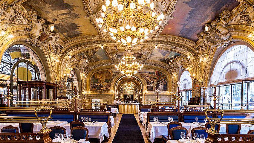 La grande salle et la salle dorée qui lui fait suite.