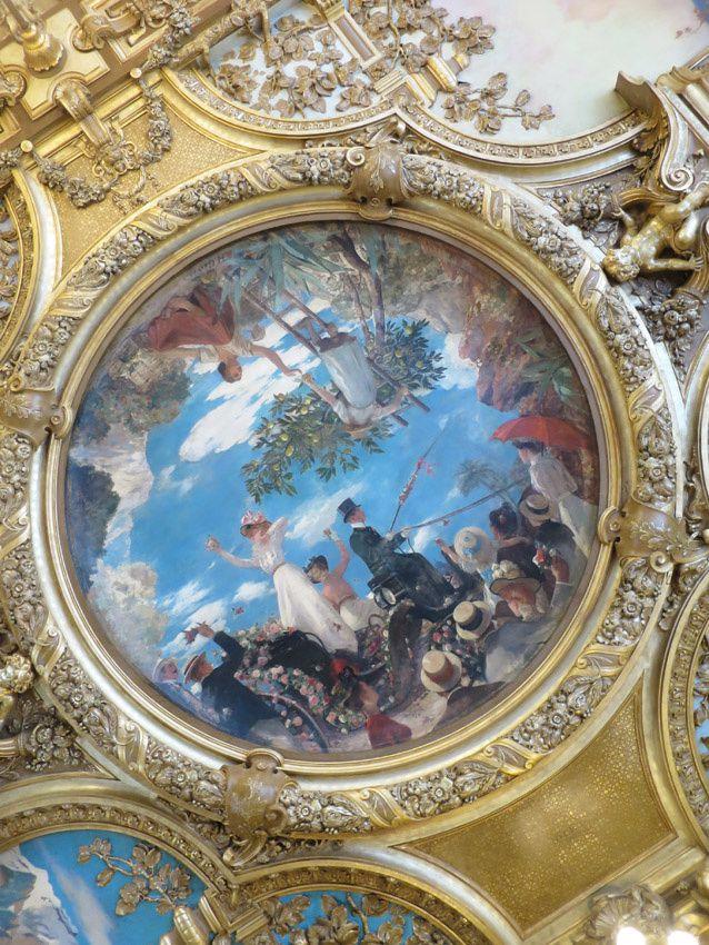 """Au plafond, """"Nice, la bataille des fleurs"""" par Henri Gervex. En robe blanche, la comédienne Réjane. Ph. Delahaye."""