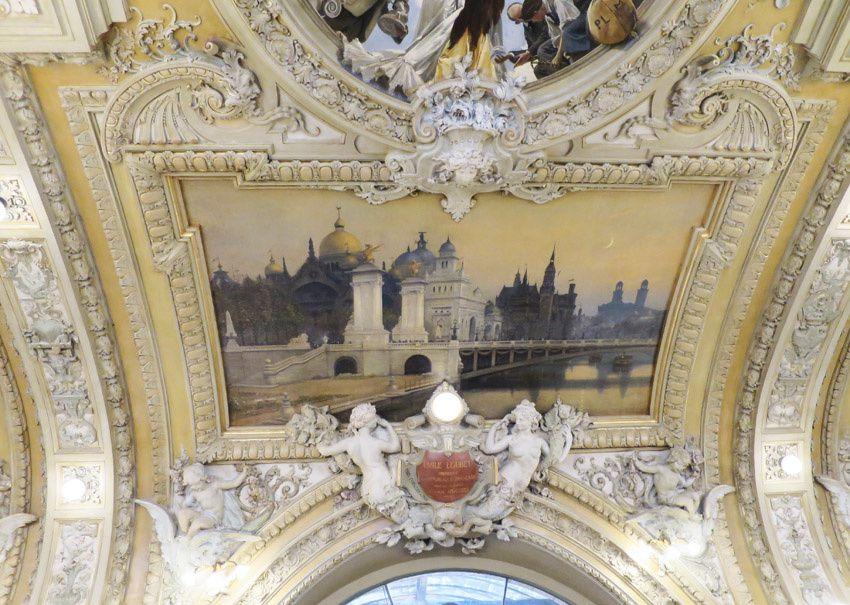 Situé au-dessus de la porte d'entrée, le Pont Alexandre III et les Palais de l'Exposition de 1900 par René Billotte qui fut l'élève d'Eugène Fromentin. Sous le tableau, la plaque commémorant l'inauguration par Émile Loubet. Ph. Delahaye.