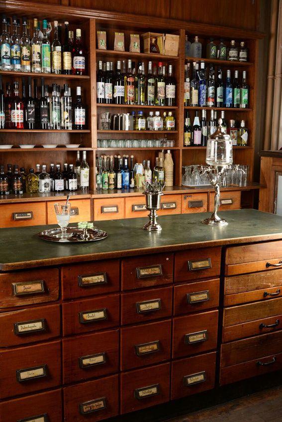 Le mobilier de l'ancienne pharmacie ajoute un charme supplémentaire. Ph. Rabold.