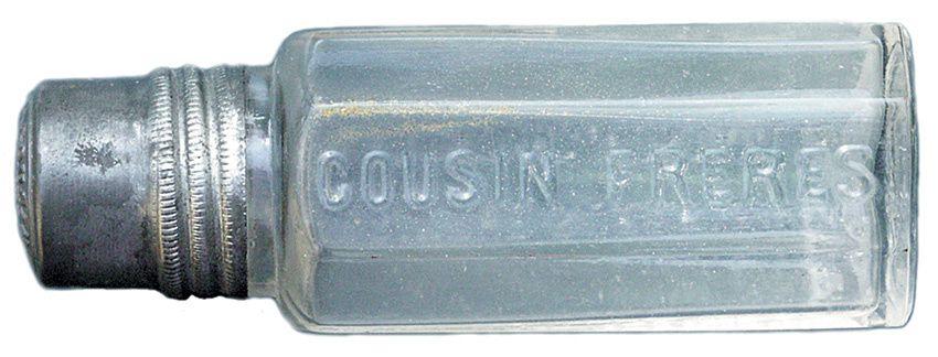 Flacon Cousin Frères au Francbourg près de Pontarlier. Ces petits flacons d'une contenance de 50 ml peuvent être assimilés à des échantillons offert par les voyageurs de commerce afin de faire connaître le produit au cafetier ou au marchand de spiritueux. Coll. Thuillier.