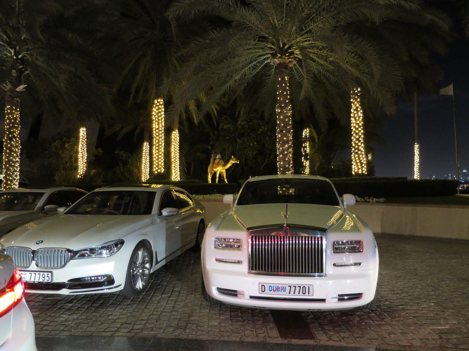 Rolls Royce. Ph. Delahaye. A l'arrière plan, l'hôtel Jumeirah. Ph. Delahaye.
